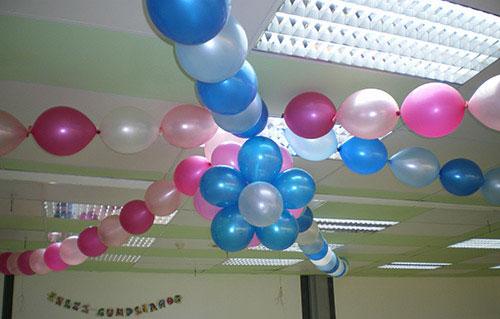 cadena de globos colgantes