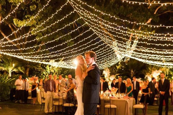 decoracion de luces para boda en jardin