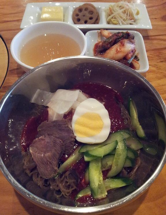 冬場のビビン冷麺、どうやらチェリーさんの代りにソロンタンとかに入っている干涸びた牛肉のよう。 【2012年11月12日】