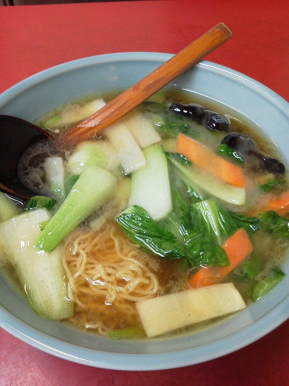 山水楼の青菜麺でつ。青菜、ニンジン、スライス筍、キクラゲと、具は野菜のみ。なんとなくヘルシーな気分が。(´▽`) 【2012年5月8日】