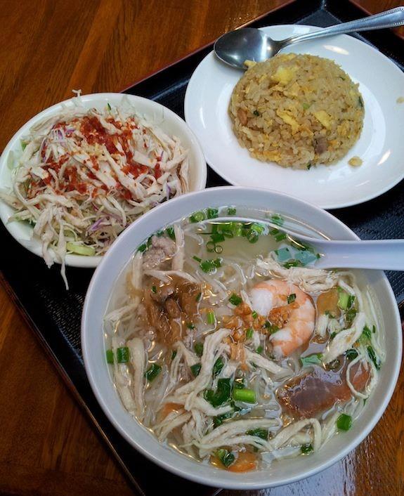 代々木で初めて入ったカンボジア料理のアンコールワットという店で、炒飯・クイテイウ(フォー)・スパイシーサラダのセット、1000円でつ。ベトナムのとはちょっと違うフォーですたフォ~! 【2012年11月23日】
