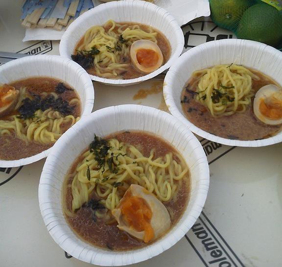 昨日、茅ヶ崎でBBQしたときに城所さんというお兄さんが作ってくれた味噌ラーメンでつよぉ。金曜日の多摩動物公園ラーメンより、全然うまぁ~ですたよ~。 【2011年10月9日】