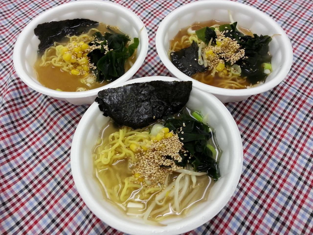 今日は、よよこ~祭(文化祭)なので、生徒さんが作ったラーメン三種(塩、味噌、醤油)なのだ。小サイズ、一杯150円でつ。 【2014年11月1日】