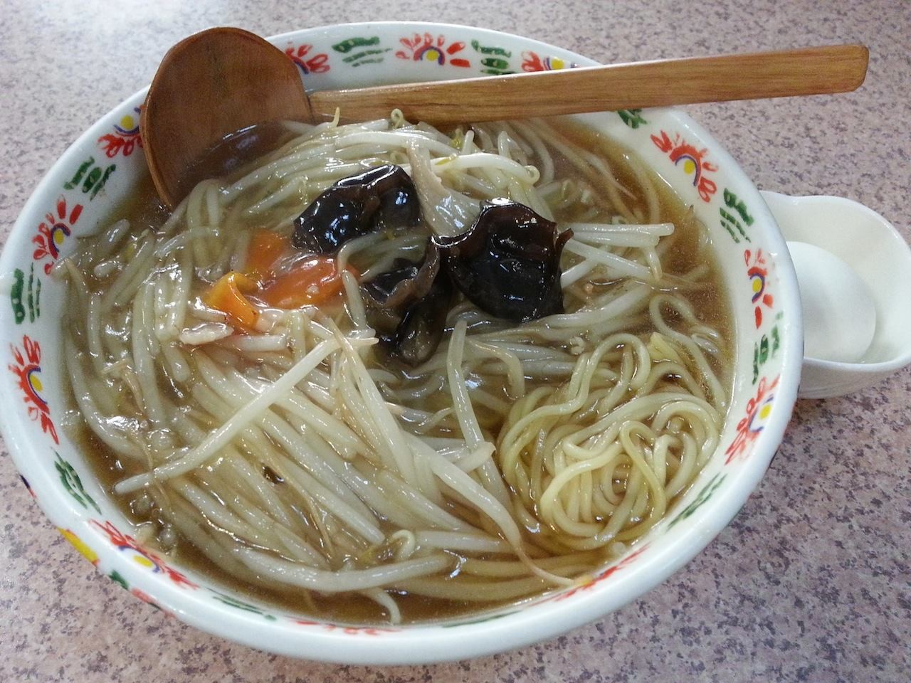 初めて入った北参道の中華料理店で、もやしメン。めんでも麺でもなく、カタカナで もやしメン…。もやし男かよっ! 味は昭和テイストでフツー。 【2014年4月11日】