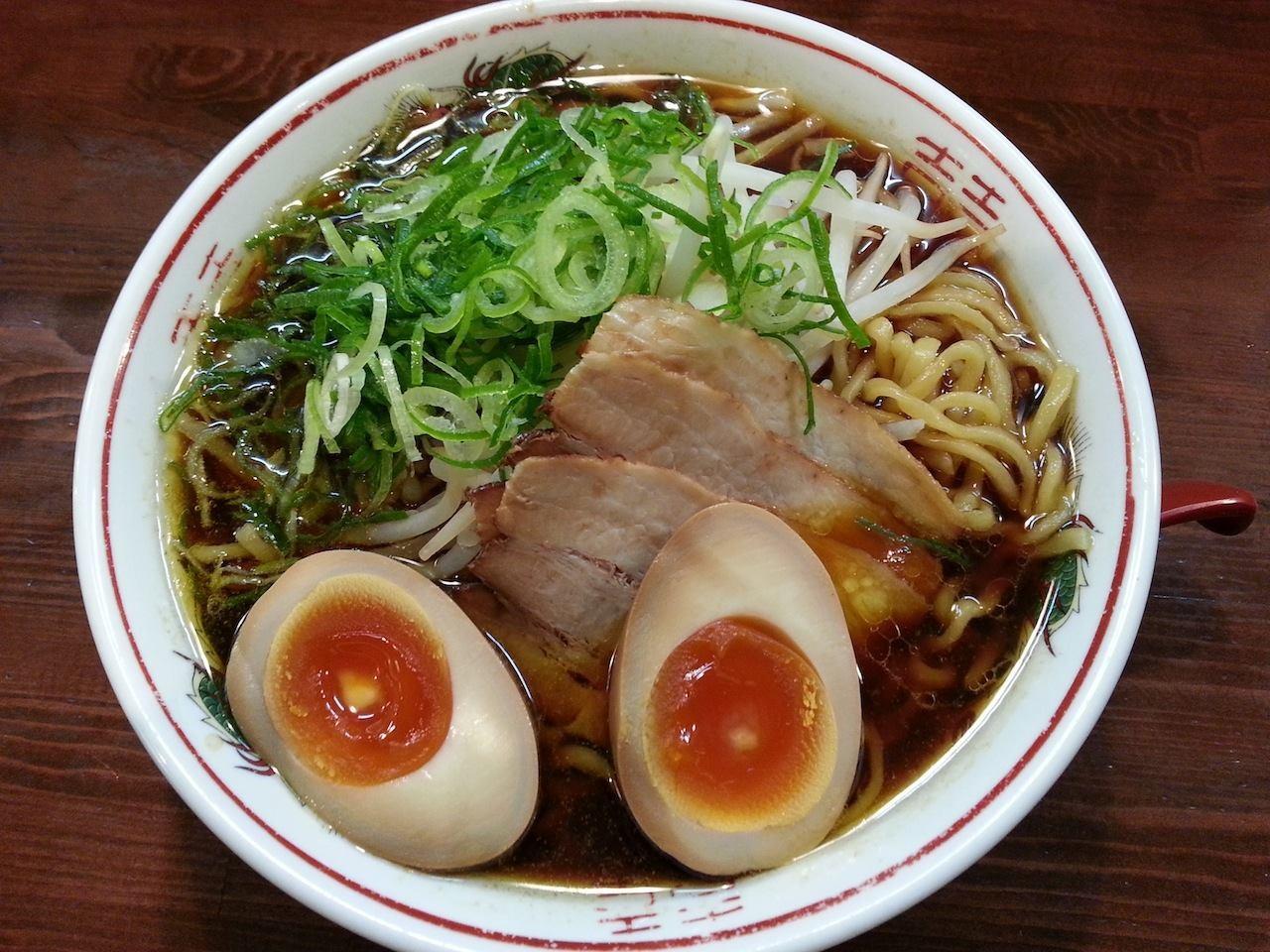 所用で新宿三丁目に行ったついでに、末広亭のそばにある希望軒でブラック味付け玉子付き。鶏と黒醤油のスープ、結構好きかもでつ。 【2014年5月1日】