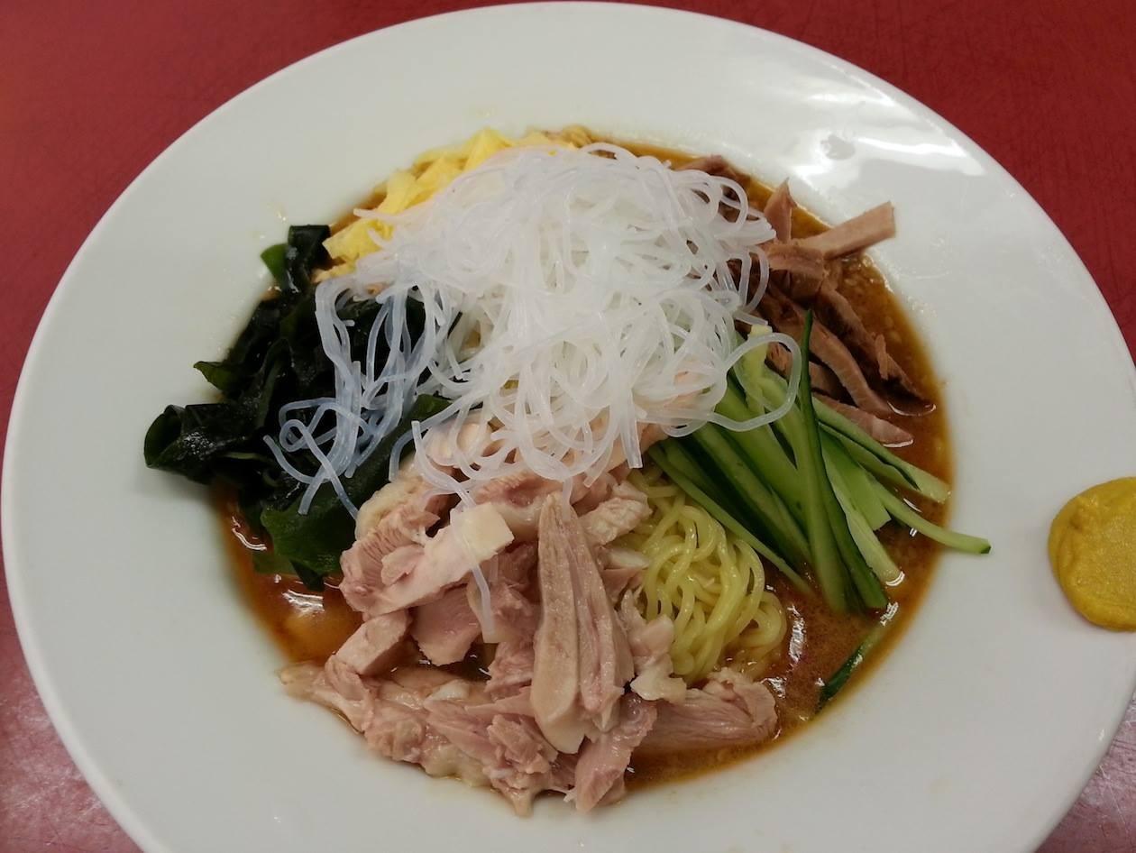 一皿で鶏肉と豚肉(チャーシュー)を楽しめる山水楼の冷やし中華なんでつよ。 【2014年7月11日】