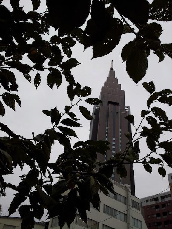 草間彌生ちゃんが塞ぎ込んでしまいそうな空模様。 【2012年10月3日】