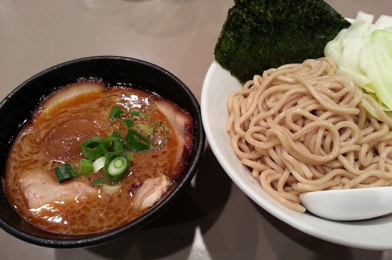 久しぶりに五ノ神製作所で海老つけ麺全部入り。相変わらずの人気店で、14時近くでも行列が…。 【2014年4月24日】