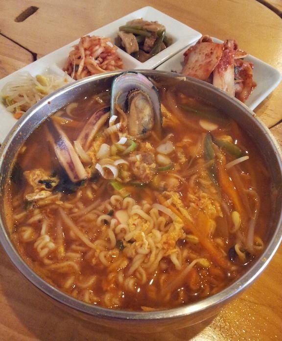韓国料理・大使館代々木店の海鮮ラーメンでつ。ラーメンというと違和感を持つ人もいるので、韓国海鮮そばとか、海鮮コリア麺とかいう名称にすたらもっと人気が出ると思うニダ。 惜しいスミダ! 【2012年9月4日】