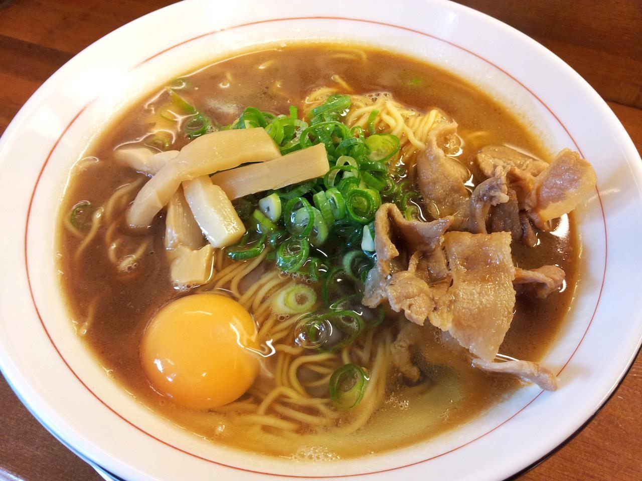 本日、徳島ラーメンの店『可成家』が代々木に開店すますた。オープン記念価格で何と一杯200円! スープ茶系を選びますたが、この味、好きかも。 【2013年9月4日】