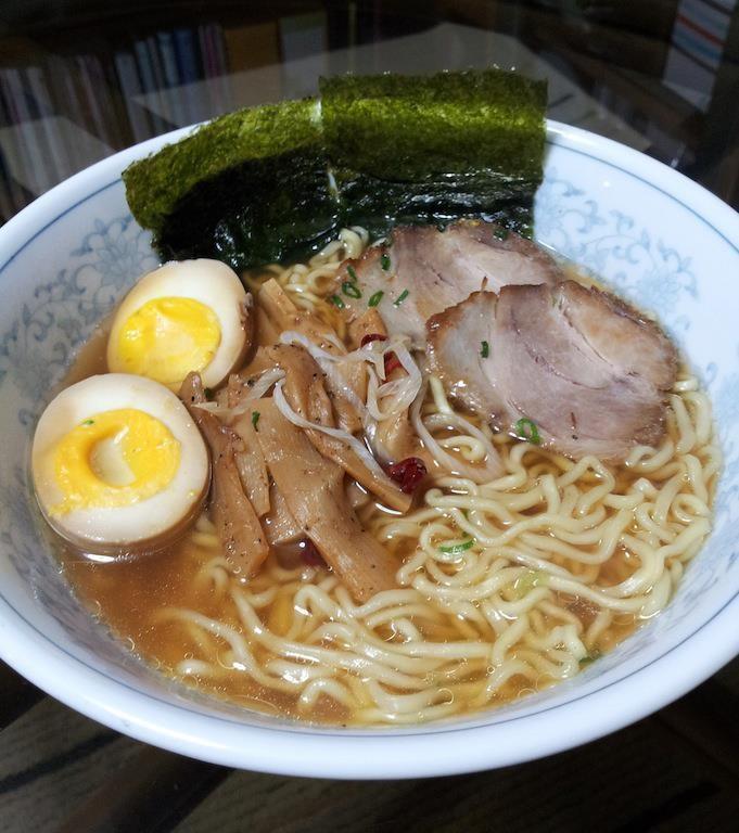三連休中日だというのに家ラーメン。(*´σー`)エヘヘ すかし、マルちゃんの正麺・醤油味、旨しでつよ。 【2012年12月23日】
