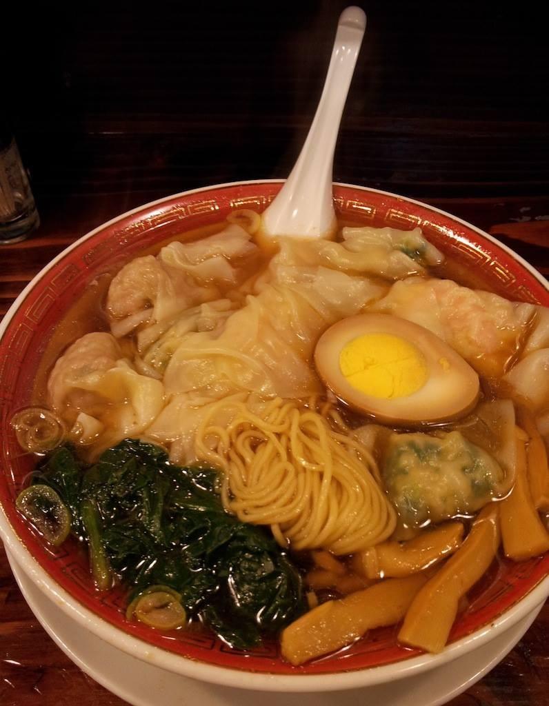 広州市場西新宿店で三種盛り雲呑麺の醤油味でつ。 【2014年1月30日】