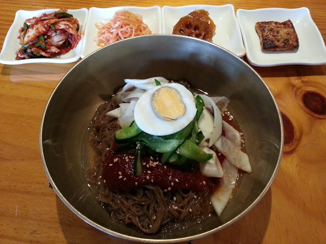 一昨日、リニューアルオープンすた大使館でビビン冷麺ニダ。短店も江戸の人も従業員は総入れ替え、シャベマコもないそうでつよ。 【2014年9月5日】