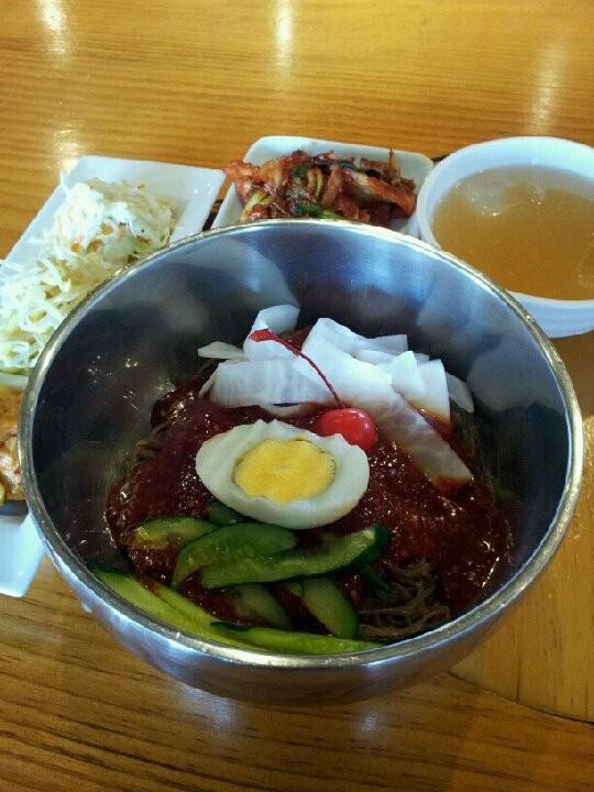 今日は韓国では初伏といい、土用の丑のような日で、参鶏湯を食べて夏バテ防止をするそうでつが、暑いので冷ビビン麺にすたよ。  【2012年7月18日】