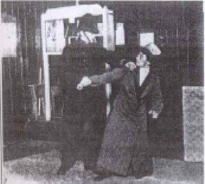 Edith dimostra alcune tecniche di difesa