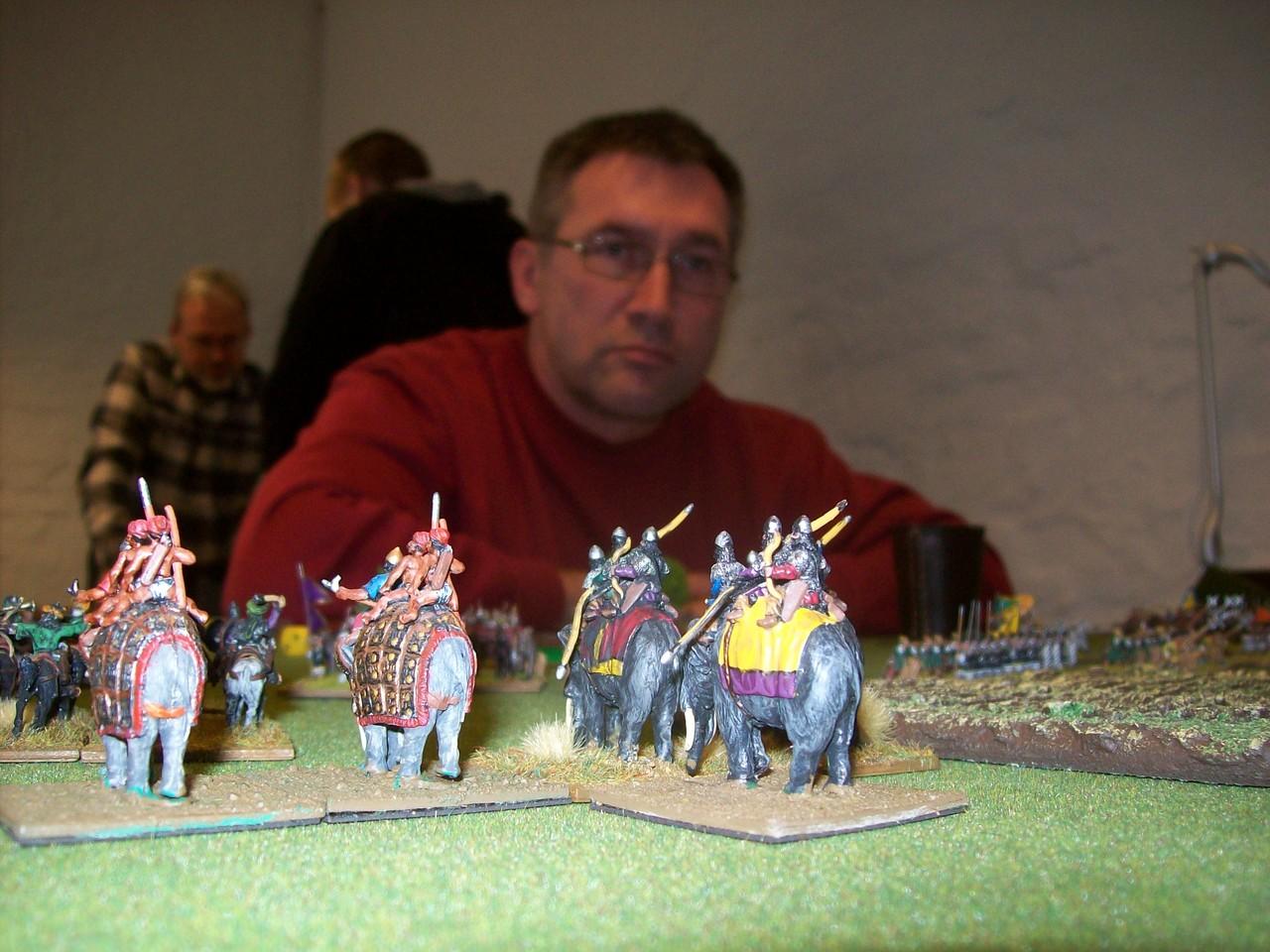 Rüssel an Schwanz, im Hintergrund Bodo
