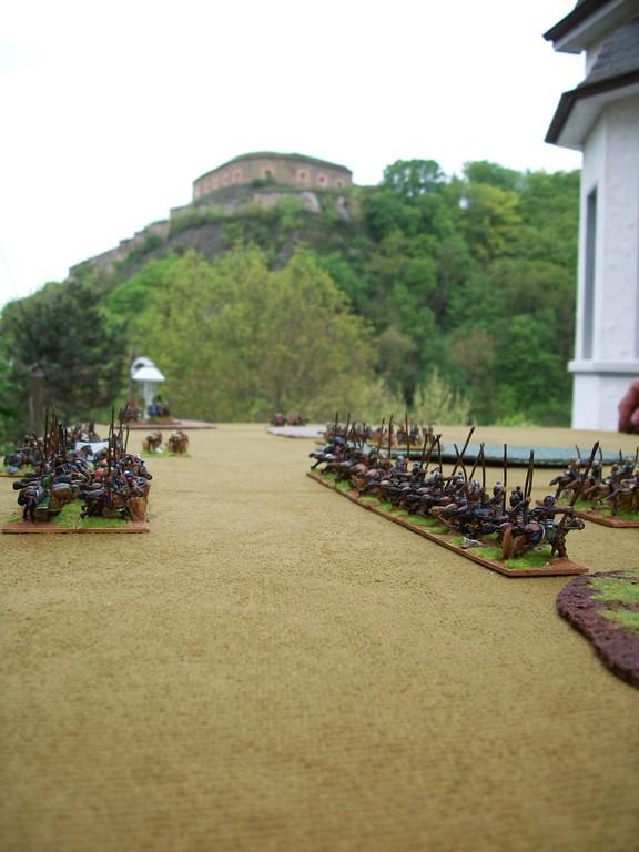 Die Schlachtreihen der Sassaniden - Im Hintergrund ein Vorwerk der Festung Ehrenbreitstein.