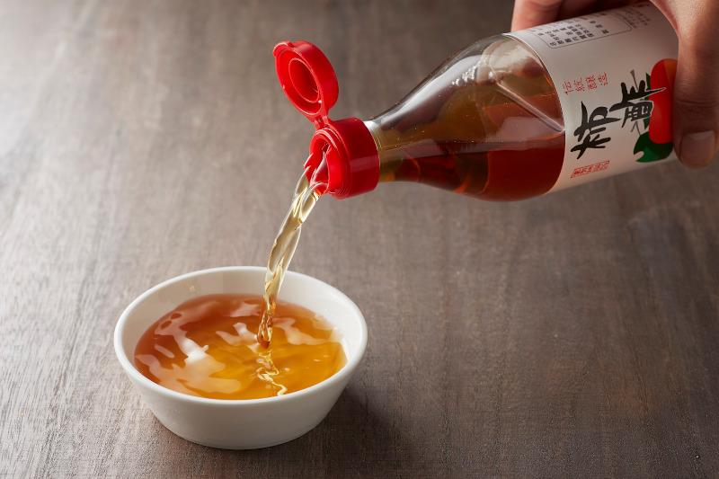 柿酢を器に注いでいる様子
