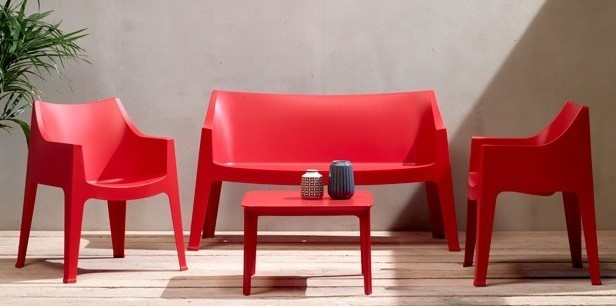 Divano e poltroncine modello Coccolona rosso, tavolino Argo