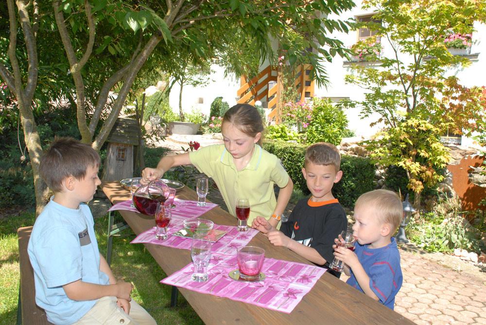Die Kinder machen eine schattige Pause mit selbstgemachtem Tee