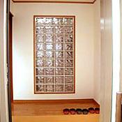 ガラスブロックを取り入れた光がさしこむ玄関ホール。