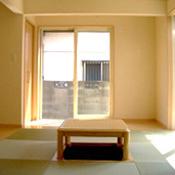 堀ごたつのある明るい和室。