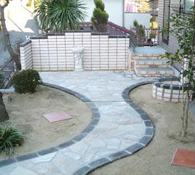 石調のタイルをアーチ状に敷き詰め高級感漂うお庭に仕上がりました。