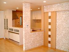 レンガ調の壁が個性を主張しつつも、空間に温かな印象を与えています。