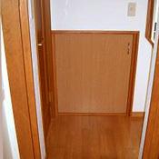 階段下に収納をつくり、スペースを有効利用。