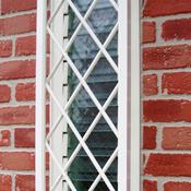 白い面格子が外窓を飾ります。