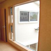 窓から光が差し込む2Fホール。
