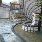 お庭の一部に水場を設けました。手洗い場としても、花や木の水やりにも重宝します。