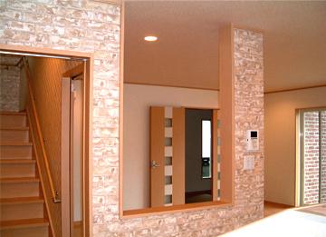キッチンからリビングを望む壁からは光があふれ、家族との会話もはずみます。