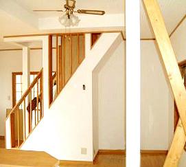 壁を抜いて手すりを付けたオープン階段は空間を広く見せる効果があります。