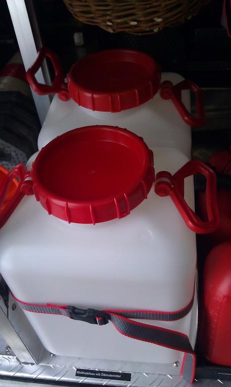 Weithalsfässer mit Ölbindemittel/ 2x verladen