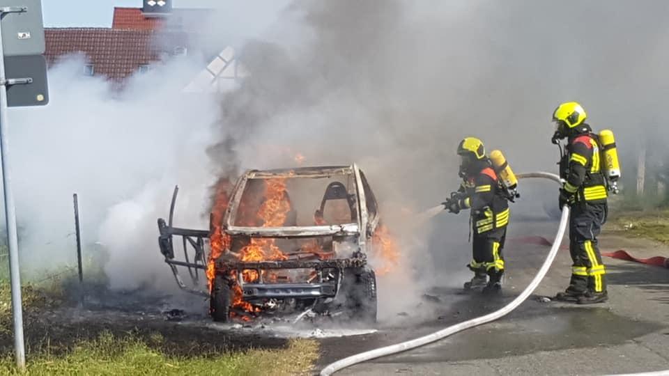 Bei Eintreffen der Kräfte stand das Fahrzeug bereits im Vollbrand.