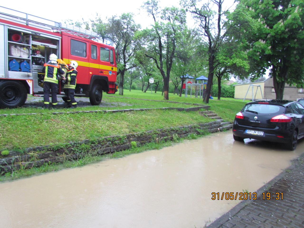 Die Bad Berkaer Kameraden beseitigten mit einem Wassersauger die Hochwasserschäden im Kulturhaus.