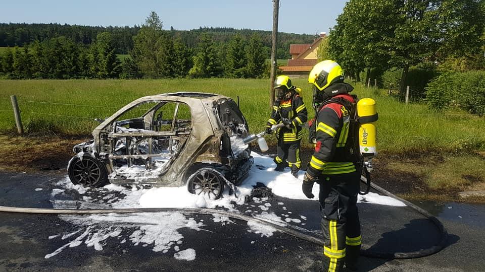 Nachdem das Fahrzeug abgeschleppt wurde, säuberten Mitarbeiter des Bauhofes Bad Berka die Einsatzstelle.