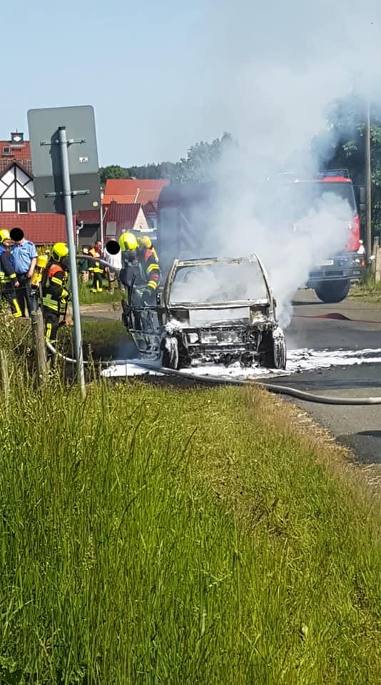 Nachdem das Fahrzeug etwas gekühlt wurde, wurden die Löschmaßnahmen mit der Schaumpistole fortgesetzt.