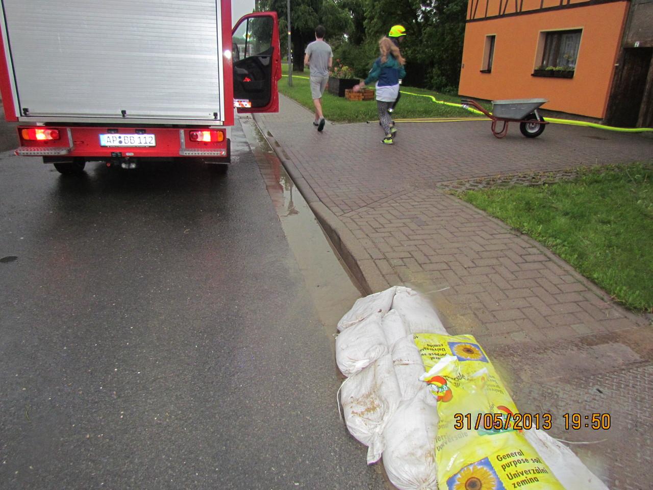 Anwohner versuchten das Wasser mit Sandsäcken und Behelfssandsäcken zu stoppen.