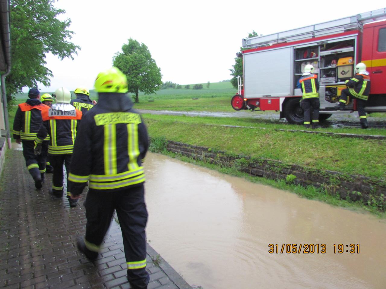 Der erste Einsatzort in Gutendorf-das Kulturhaus. Auch Bad Berkaer Kameraden kamen mit dem LF 16/12 um zu helfen.