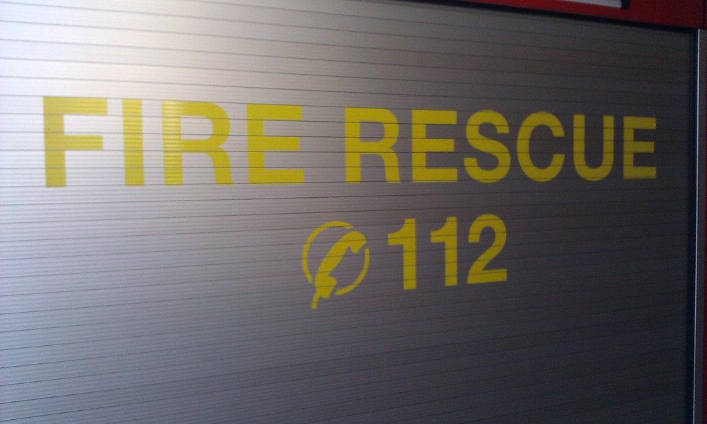 """""""Fire Rescue 112"""" steht auf den Rollläden der Geräteräume G1 und G2."""