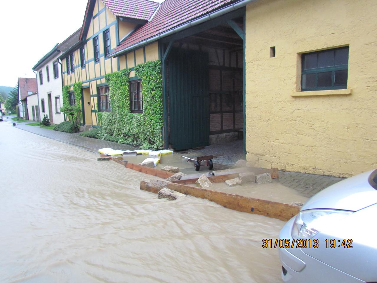 Der Einfallsreichtum der Anwohner reichte zum Glück meistens um das Wasser von ihren Grundstücken fern zu halten.