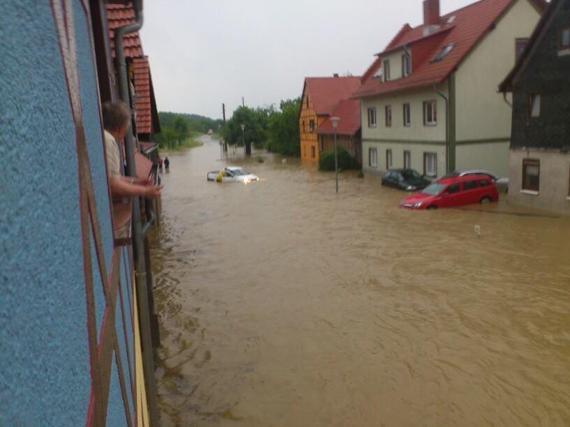 Sein Fahrzeug wurde vom Wasser erfasst und schwamm einige Meter Dorfabwärts. Dann blieb es glücklicherweise sthenen und verursachte keine größeren Schäden.
