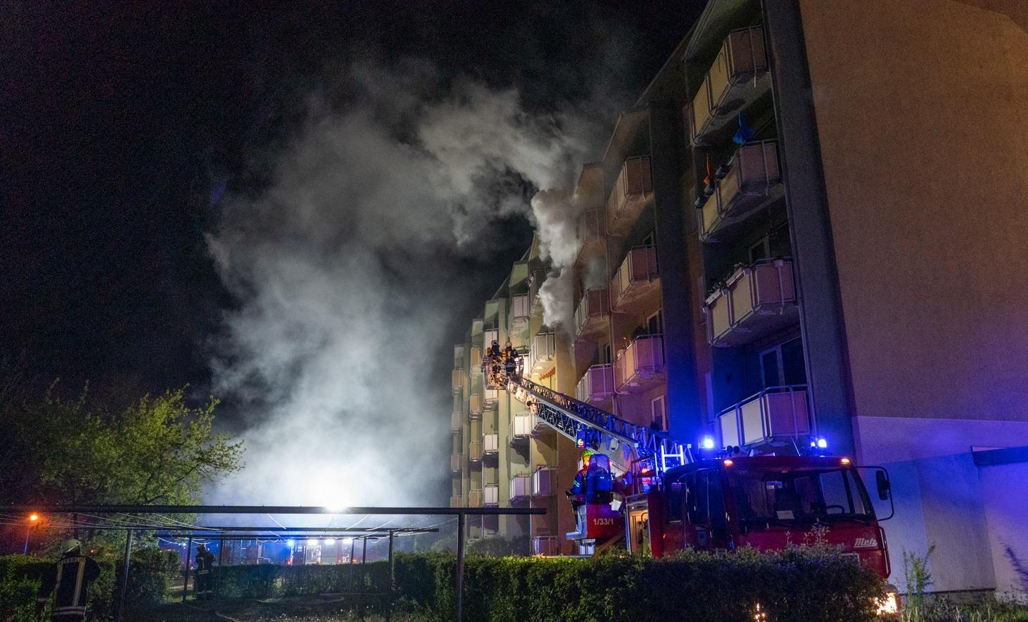 """Auf der Rückseite des Gebäudes schlugen Flammen aus dem Fenster, die Drehleiter wurde hier vom Maschinisten rein """"gezirkelt""""."""