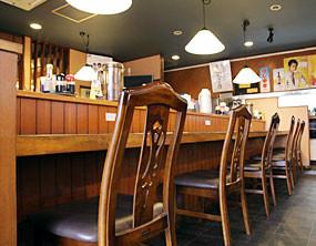 カウンターテーブル席も広々。窮屈にならないようにスペースを広くとっています。