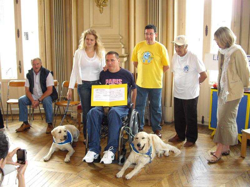 12500 € pour Handi'chiens offerts par Bouchons d'amour.