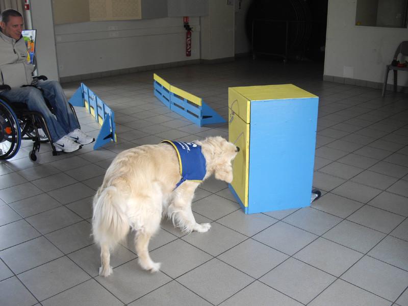 Tilly après avoir ouvert la porte prend une bouteille,