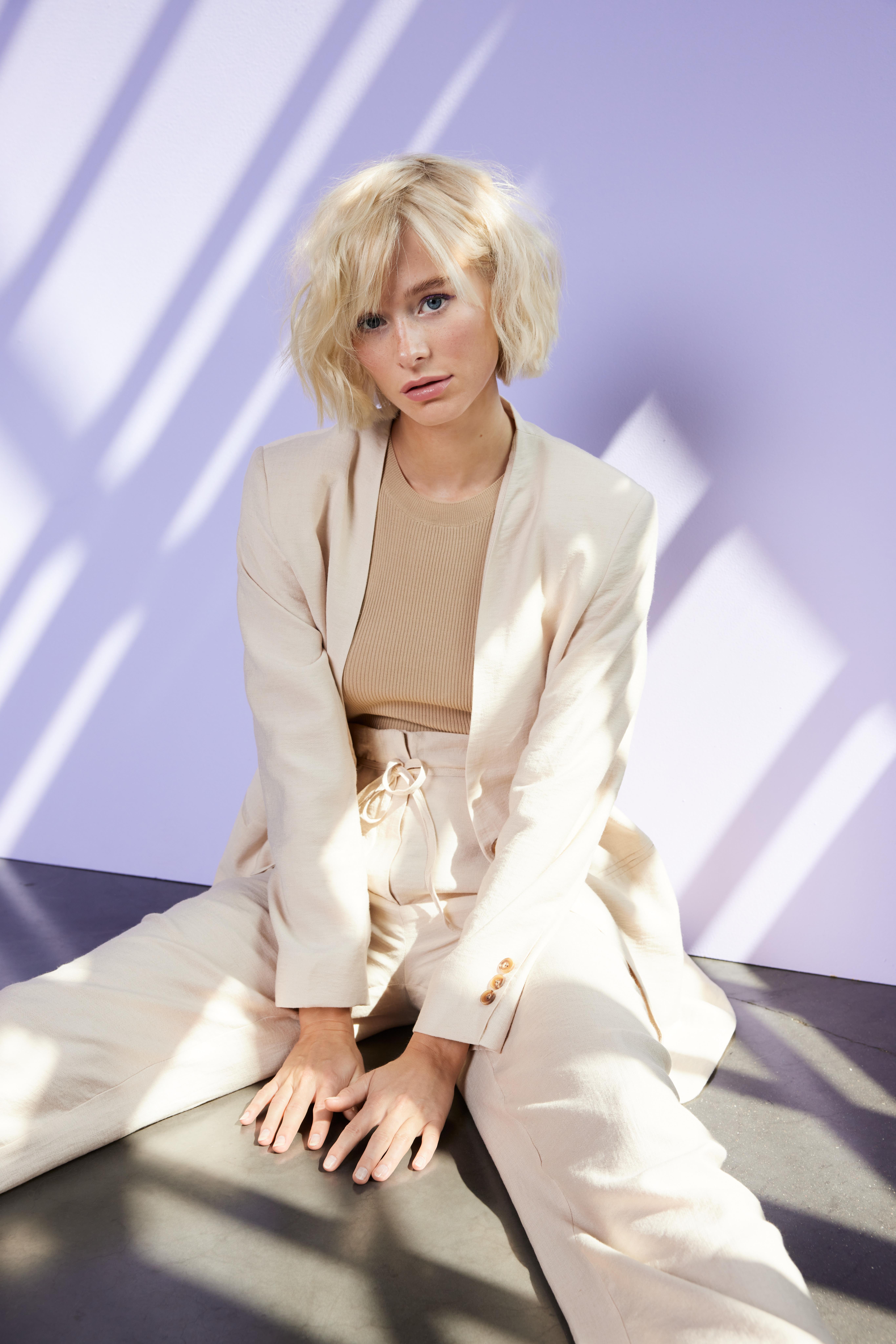 hochsteckfrisur steckfrisur pflechtfrisur damenhaarschnitt ombre balayage Damen frisuren blond hübsche frau im kesselhaus in lauenau