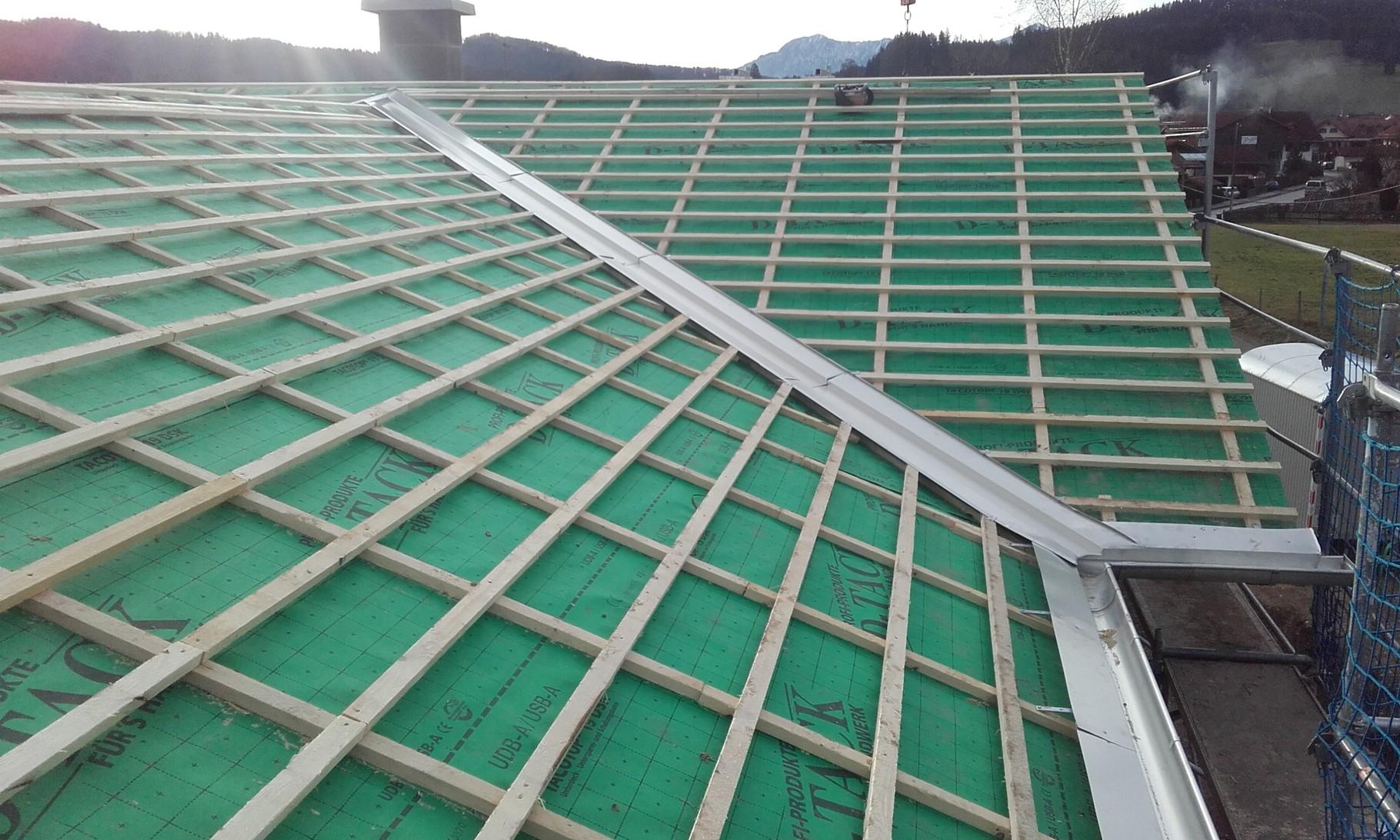 Dachrinneneck und Kehlblech für den Neubau eines Einfamilienhauses